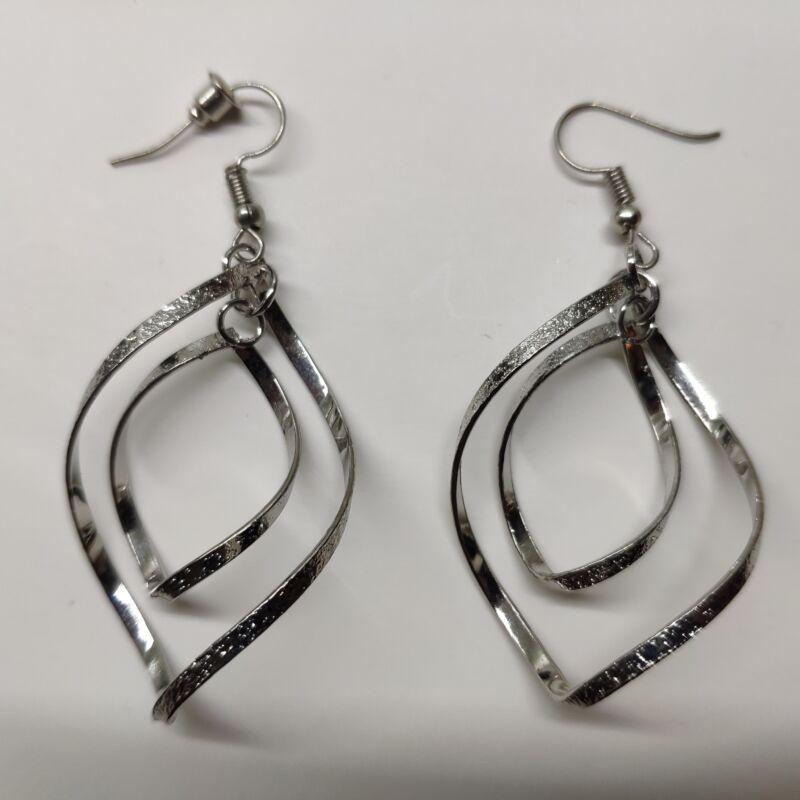 Csavart rombusz fülbevaló - ezüst színű