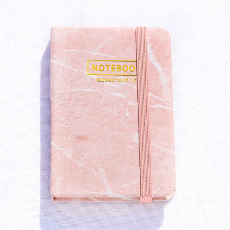 Rózsaszínű márvány mintás notesz A7